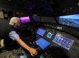 محمد ملحس البالغ من العمر 77 عامًا وهو من عشاق الطيران يعرض جهاز محاكاة للطيران في منزله في عمان ، الأردن .16 سبتمبر 2021.(رويترز )