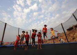 فلسطينيون يستمتعون بأوقاتهم على شاطئ البحر في مدينة دير البلح وسط قطاع غزة. 12