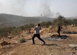 مواجهات بين شبان فلسطينيون وجنود الاحتلال خلال مسيرة ضد التوسع الاستيطاني في قرية بيتا جنوب مدينة نابلس