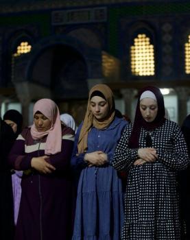 الالاف من المصلين يحيون ليلة القدر من رحاب المسجد الاقصى المبارك