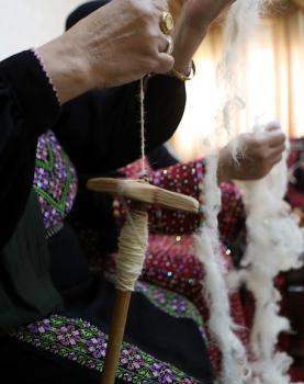 نساء فلسطينيات يعملن في حياكة أشكال متنوعة من الأعمال اليدوية التقليدية في قرية السموع جنوب مدينة الخليل