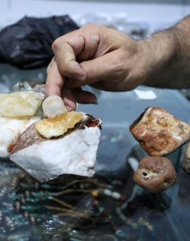 """الأول من نوعه.. صلاح الكحلوت يجمع الأحجار الكريمة في مركز أطلق عليه اسم"""" فلسطين للأحجار الكريمة والنادرة"""" شمال قطاع غزة"""