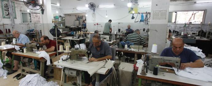 مصانع الخياطة تستأنف عملها في القطاع بعد توقف استمر أشهر