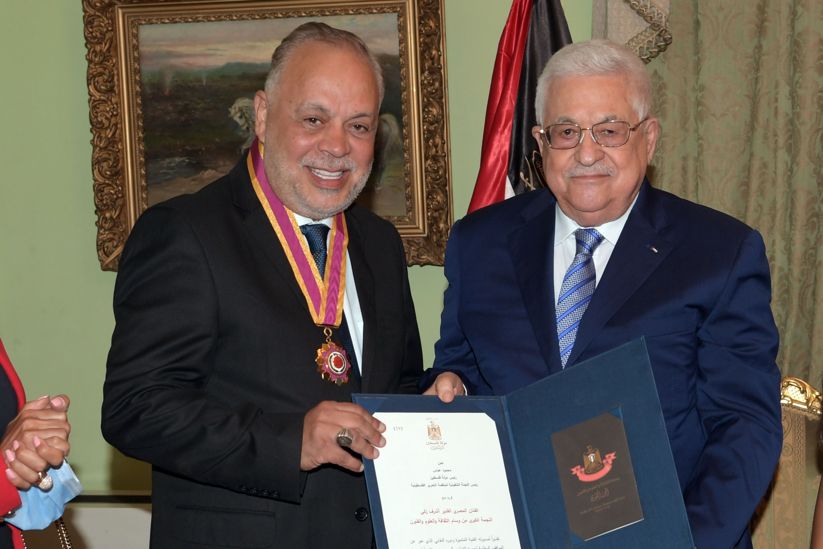 الرئيس محمود عباس، أثناء تكريم الفنان المصري أشرف زكي في القاهرة.JPG