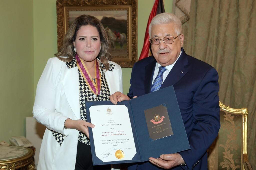 الرئيس محمود عباس يقلّد الفنانة المصرية صابرين الوسام في القاهرة.JPG
