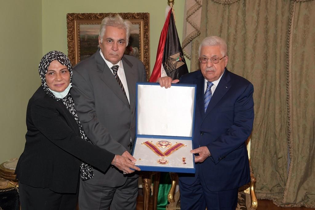 الرئيس يمنح الكاتب الصحفي الراحل مكرم محمد أحمد النجمة الكبرى لوسام الثقافة.JPG